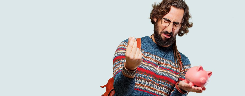 """Un étudiant barbu mime un signe de """"cash"""" en froissant les yeux."""